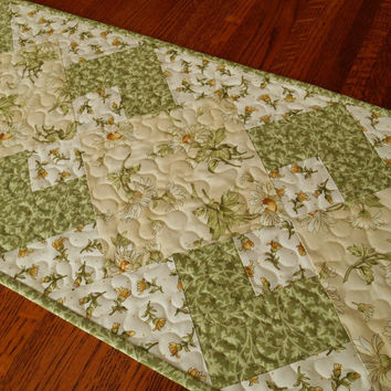 Daisy Table Runner, Quilted Daisies Table Runner in White Cream Yellow and Green, Quilted Table Mat, Flower Table Runner, Quiltsy Handmade