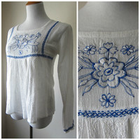 70s White Cotton Linen Gauze w Blue Embroidery Empire Babydoll Peasant Shirt // Folk Woodstock Boho Hippie Blouse // Sz L