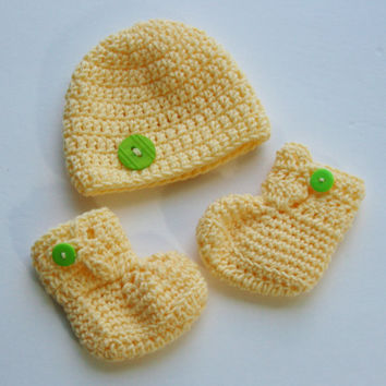 Yellow Baby booties hat set boy or girl gender neutral shower gift crochet newborn photo shoot. 0 - 3 months