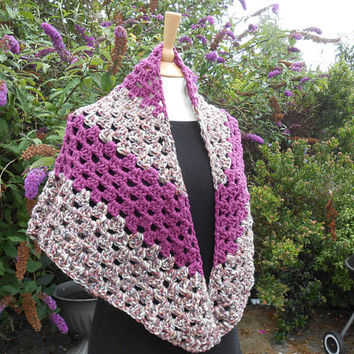 Outlander inspired shawl. Traditional triangle shawl. Shoulder Wrap. Chunky Wool Shawl. Triangle scarf, Warm soft wool. Gift for her.