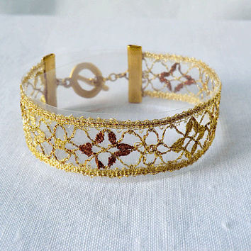 bracelet, handmade bobbin lace out of yarn, gold, gold coated fastener, klöppeln, dentelle, kant, lace, handmade, inana no1049