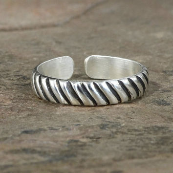 Sleek and Modern Grooved Sterling Silver Toe Ring with Industrial Influenced Pattern – Solid 925 TR5901