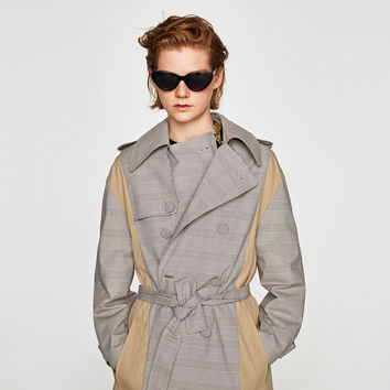 CONTRASTING FABRIC TRENCH COAT DETAILS