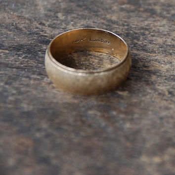 Vintage 14K Yellow Gold Wedding Band Ring Unisex 8mm Wide Etched Textured Surface Size 10.5 US Mid Century 1960's // Vintage Fine Jewelry