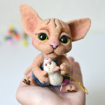 Needle felted sphynx kitten with tiny white mouse. Little felt cat. Sweet animal. Funny wool toy. Birthday gift.