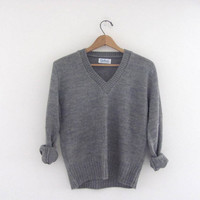vintage gray sweater. wool vneck sweater. s-m