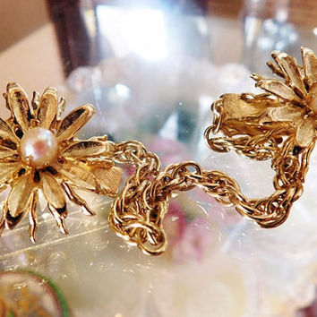 1950s Sweater Guard Faux Pearl Flower Floral Mid Century Sweater Holder Clip Chatelaine Chain Brushed Gold Tone Metal Fall Winter Wardrobe