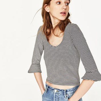 TOP WITH RUFFLED SLEEVES DETAILS