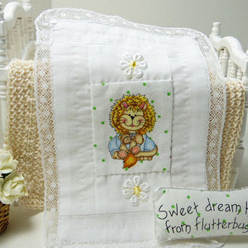 Dollhouse Baby Lion Miniature Doll Nursery Tiny White Blanket Mini Pillow Dolls House 12 Scale Quilted Cradle Cot Cute Handmade Quilt Linen